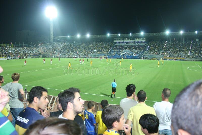 Grüner Fußballplatz, israelischer Fußball, Fußballspieler auf dem Feld, Fußballspiel in Tel Aviv Fußball-Weltmeisterschaft lizenzfreie stockfotografie