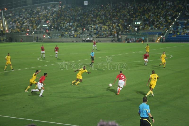 Grüner Fußballplatz, israelischer Fußball, Fußballspieler auf dem Feld, Fußballspiel in Tel Aviv Fußball-Weltmeisterschaft stockfotos