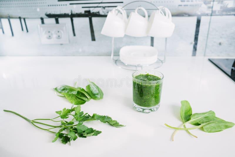 Grüner Gemüsesaft organisch von natürlichem auf am weißen Tisch stockfoto