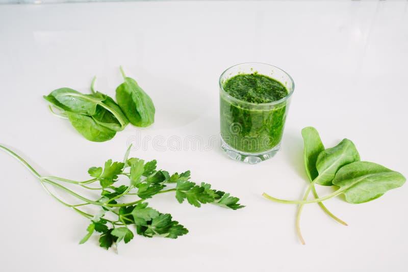 Grüner Gemüsesaft organisch von natürlichem auf am weißen Tisch stockbild