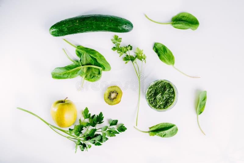 Grüner Gemüsesaft organisch von natürlichem auf am weißen Tisch stockbilder