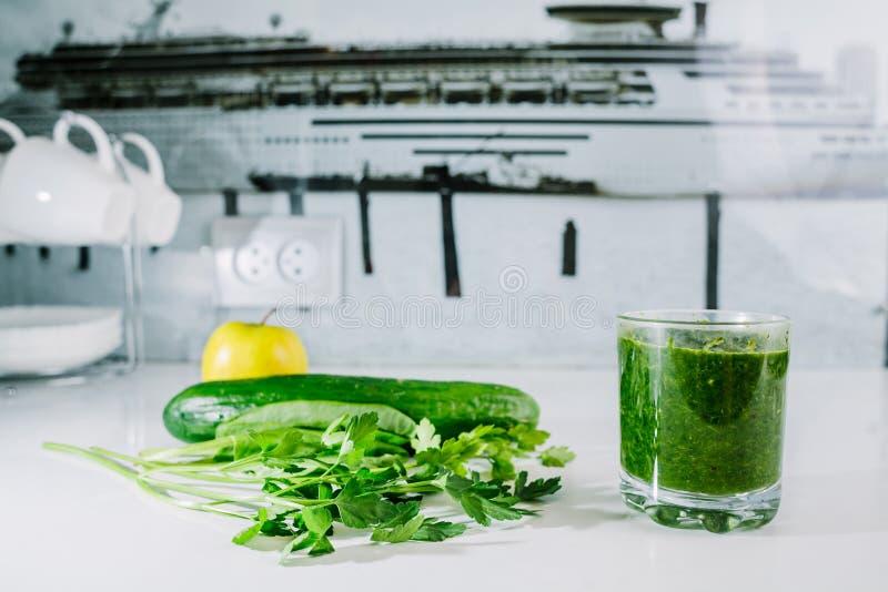 Grüner Gemüsesaft organisch von natürlichem auf am weißen Tisch lizenzfreie stockfotografie