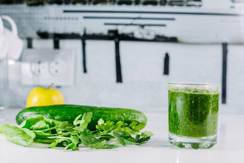 Grüner Gemüsesaft organisch von natürlichem auf am weißen Tisch lizenzfreie stockfotos