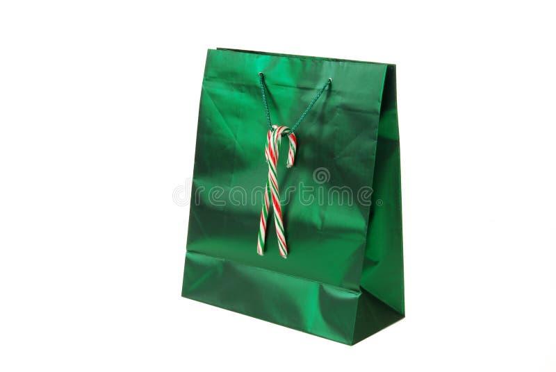 Grüner Geschenkbeutel mit Zuckerstangen stockfotografie