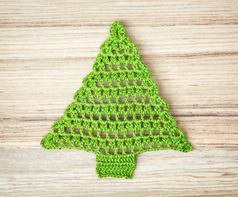 Grüner HäkelarbeitWeihnachtsbaum auf dem hölzernen Hintergrund stockfotografie