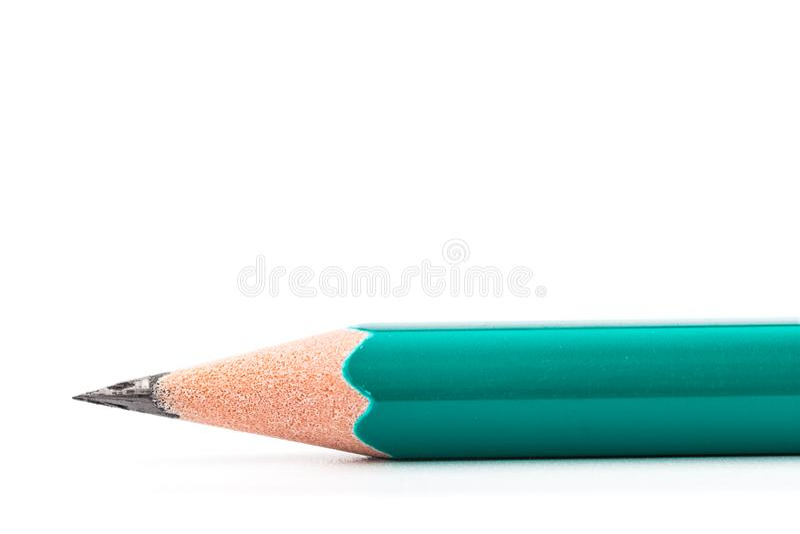 Grüner hölzerner Bleistift auf Reinweißhintergrund stockbilder