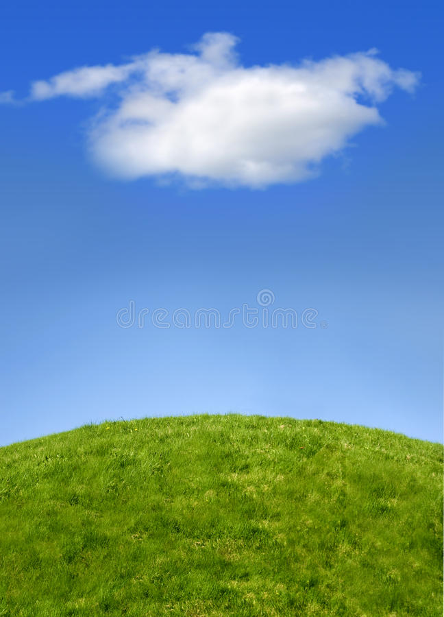 Grüner Hügel und Himmel stockfotografie
