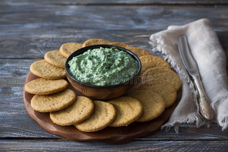 Grüner Käse, Knoblauch und Gewürze des Spinatsbades mit Sahne stockbild