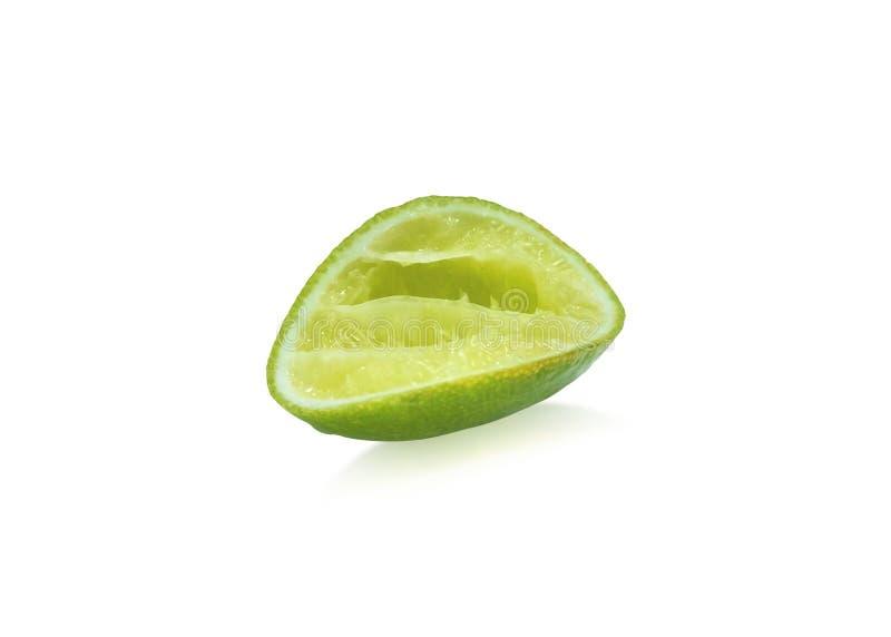 Grüner Kalk auf lokalisiertem weißem Hintergrund Ein halbes Stück der zusammengedrückten Zitrone für die Würze r stockfotos