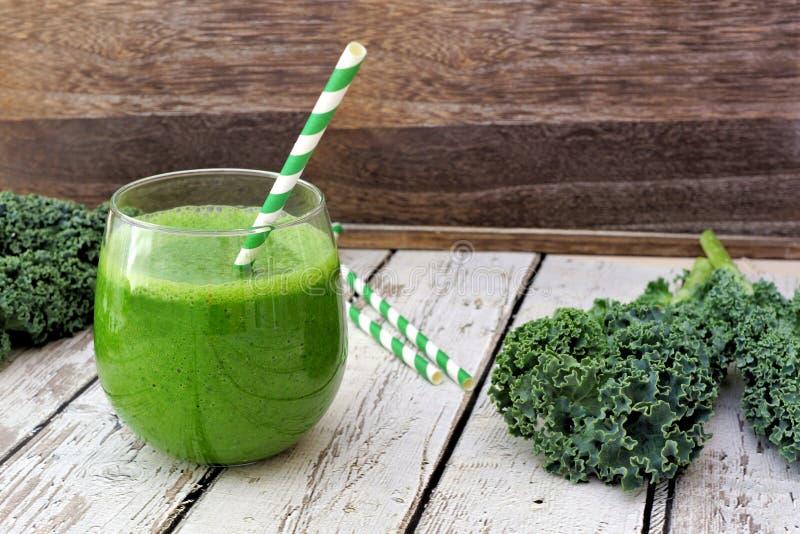Grüner Kohl Smoothie auf einem rustikalen hölzernen Hintergrund lizenzfreie stockfotografie