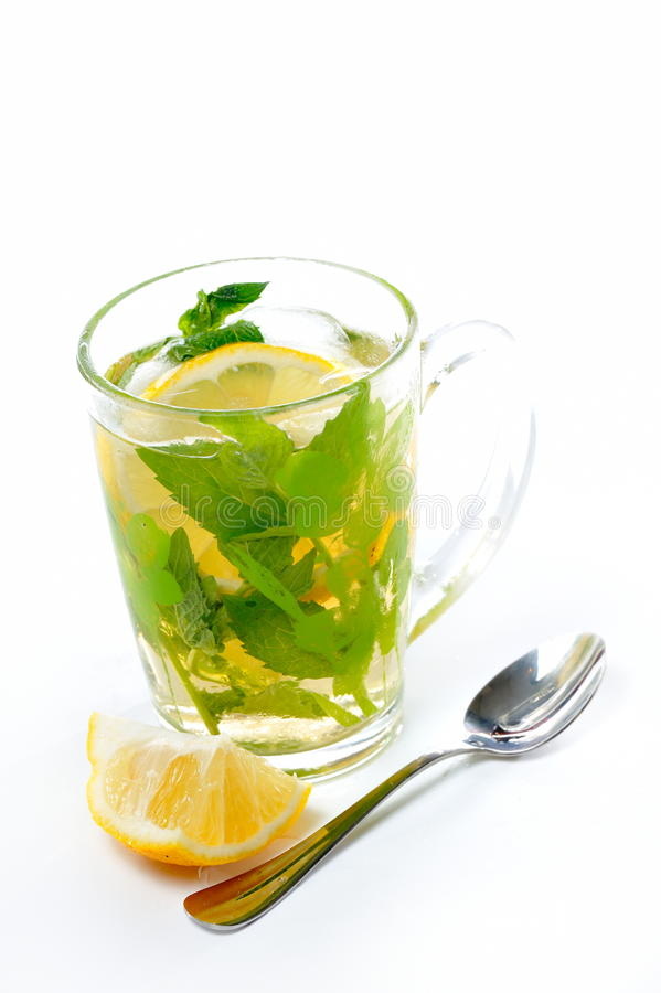 Grüner Kräutertee mit frischer Minze und Zitrone stockfoto