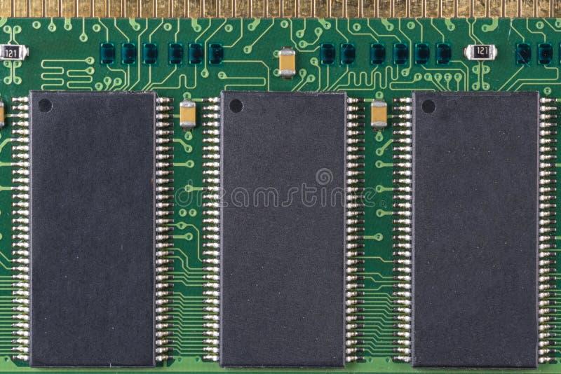 Grüner Mikrochip für alten Computer mit wahlfreiem Zugriff auf Speicher mit schwarzen Mikroschaltungen, oberste Ansicht lizenzfreies stockbild