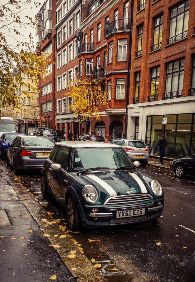 Grüner Minifassbinder geparkt in der Straße stockfotografie