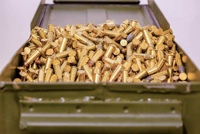 Grüner Munitionskasten voll Kugeln lizenzfreies stockbild