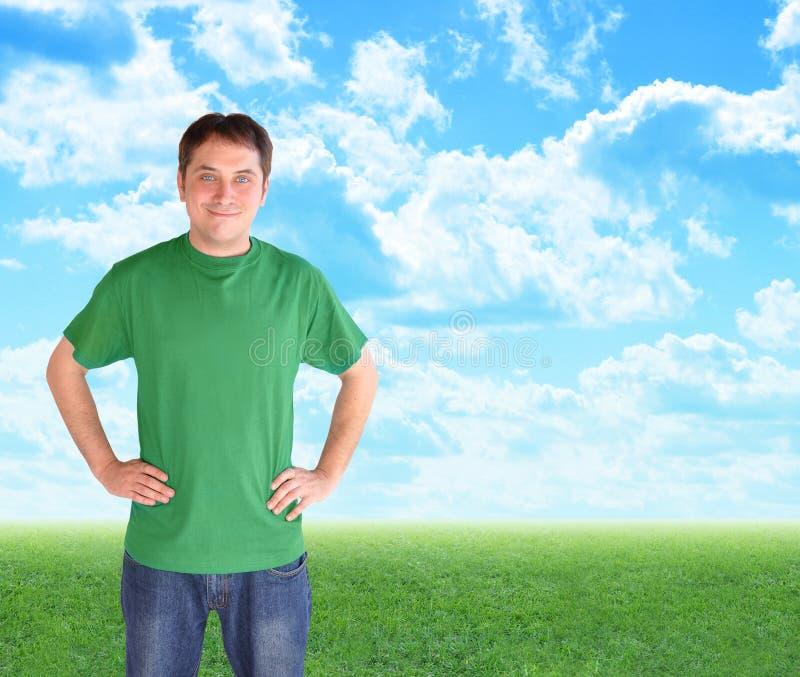 Grüner Natur-Mann, der in den Wolken und im Gras steht lizenzfreies stockfoto
