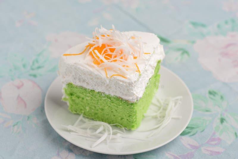 Grüner Pandan-Kuchen und frische Creme mit Kokosnuss auf die Oberseite stockfoto