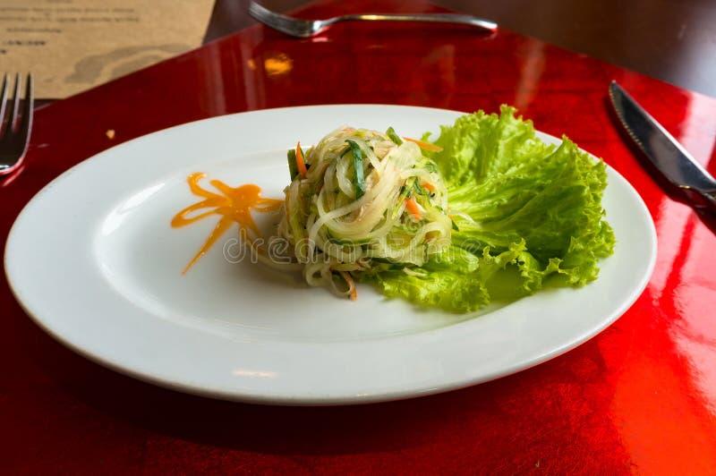 Grüner Papayasalat mit Kopfsalatblatt lizenzfreies stockbild