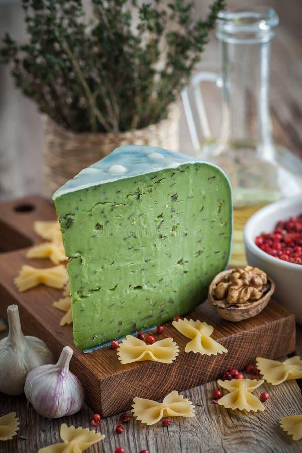 Grüner Pestokäse, rohe Teigwaren und Bestandteile für Teigwaren lizenzfreies stockfoto