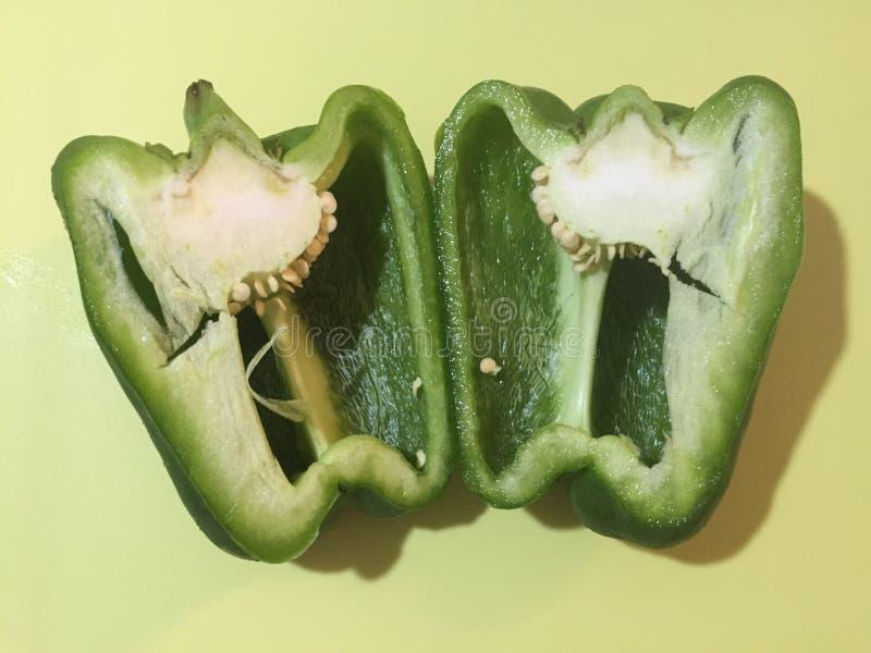 Grüner Pfeffer beinahe eingeschnitten lizenzfreies stockbild
