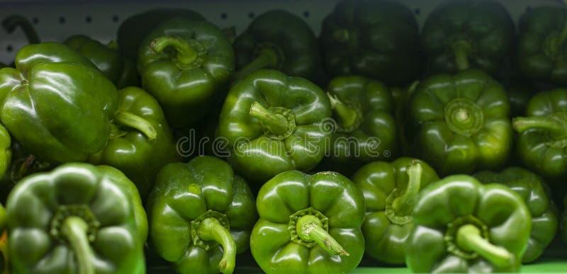 Grüner Pfeffer stapelt von den Farben in den Supermärkten lizenzfreie stockfotografie