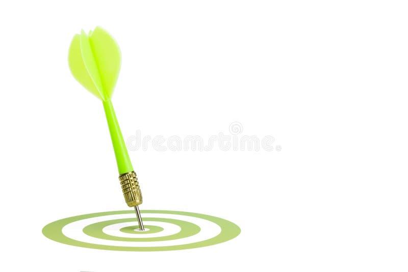 Grüner Pfeil, der die Mitte eines Ziels schlägt. lizenzfreies stockfoto
