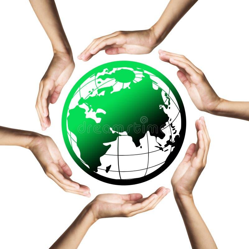 Grüner Planet (Erde) umgeben durch Hände lizenzfreies stockbild
