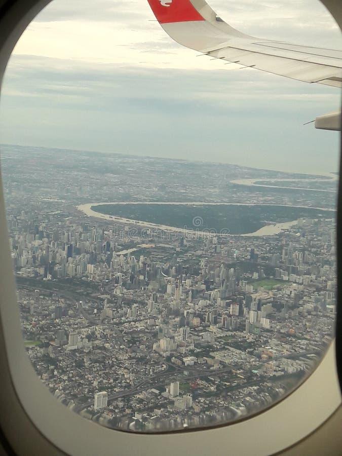 Grüner Platz in der Stadt Schauen Sie durch airoplane stockfotografie