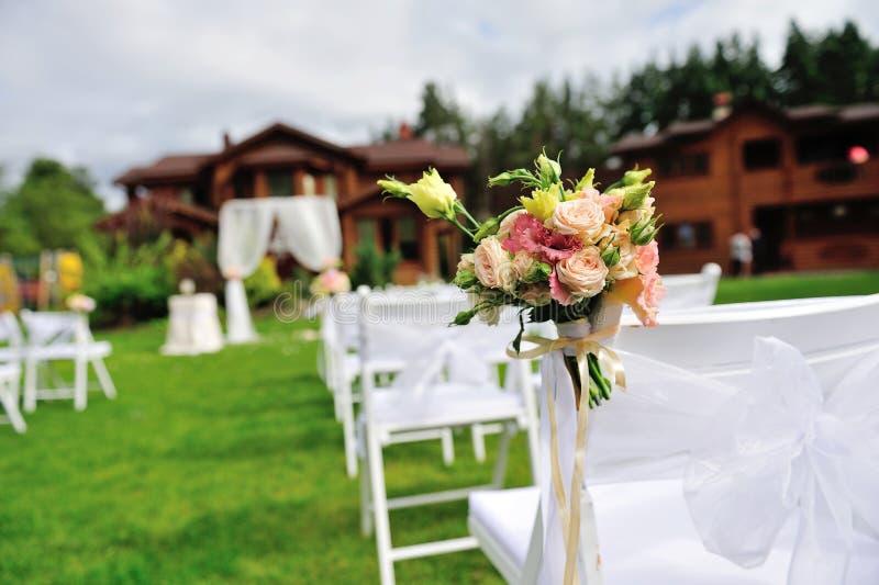Grüner Rasen für Hochzeitszeremonie lizenzfreie stockfotos