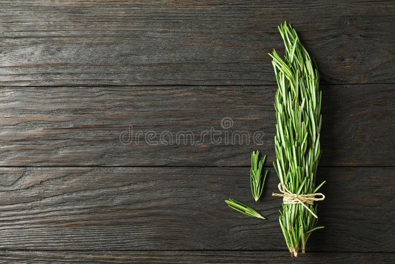 Grüner Rosmarin auf Holztisch stockbild
