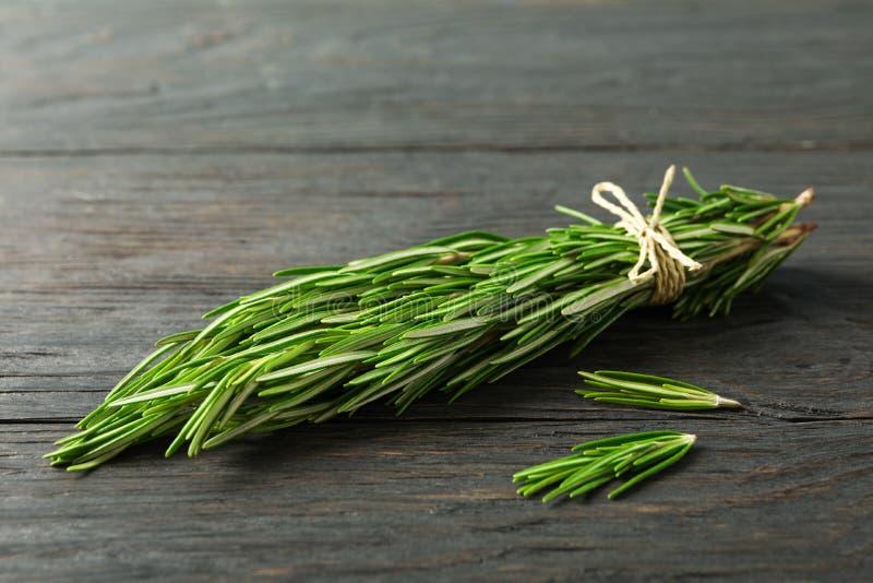 Grüner Rosmarin auf Holztisch lizenzfreies stockfoto