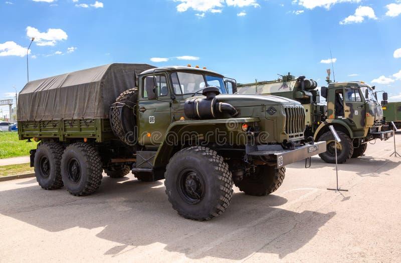 Grüner russischer Militär-LKW Ural 4320 stockfotos