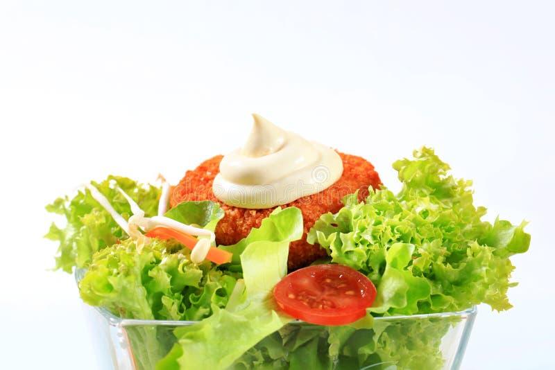 Grüner Salat mit gebratenem paniertem Käse stockfotos