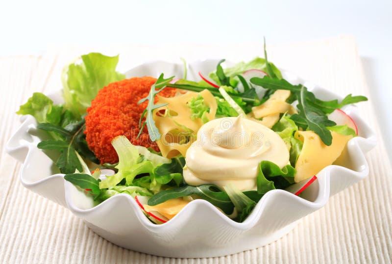 Grüner Salat mit Käse stockfotografie