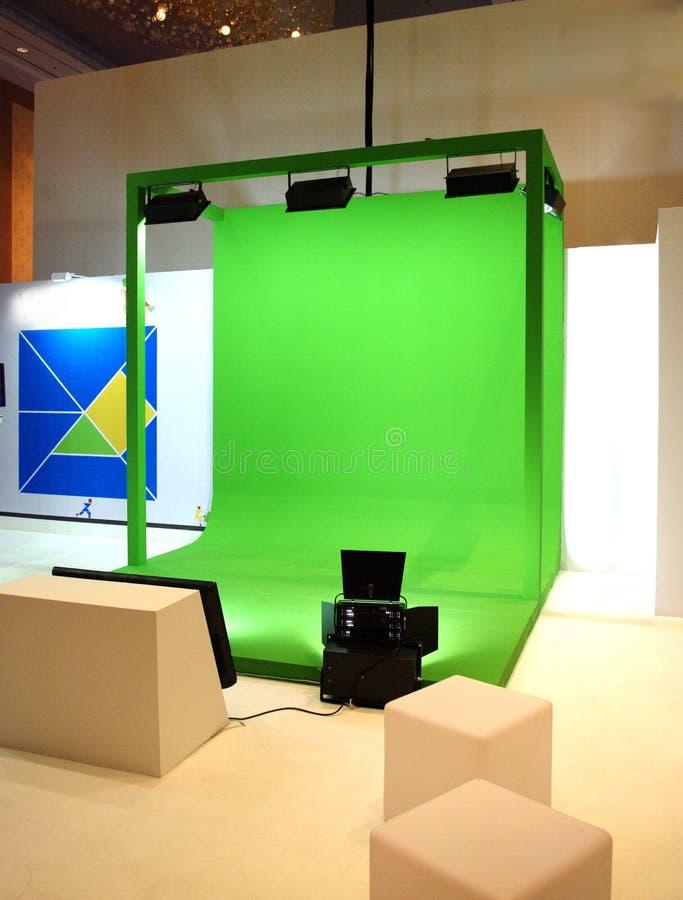 Grüner Schirm eingestellt für Filmschießen stockbild