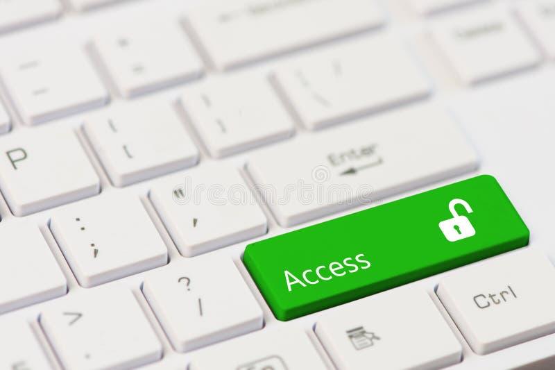 Grüner Schlüssel mit Text Zugang und öffnen Vorhängeschlossikone auf weißer Laptoptastatur lizenzfreie stockbilder