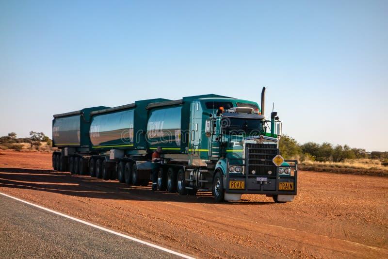 Grüner schwerer LKW Kenworth der Gebührnfirma, die extrem schwere Last in West-Australien transportiert lizenzfreie stockbilder