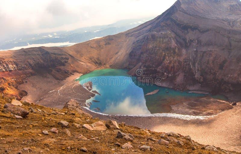 Grüner See im Mund von Gorely-Vulkan lizenzfreie stockfotos