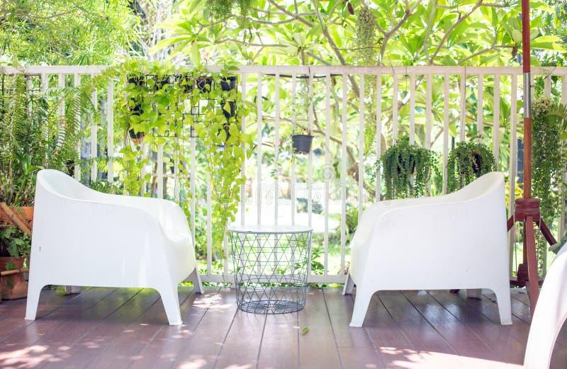 Grüner Sitz im Garten am sonnigen Tag lizenzfreie stockbilder