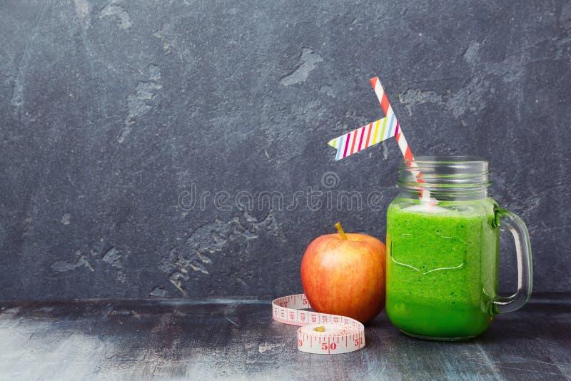 Grüner Smoothie mit Apfel über dunklem Hintergrund Detox, Nähren, Vegetarier, Eignung oder gesunde Ernährung stockbilder