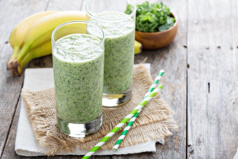 Grüner Smoothie mit Banane und Kohl stockfotografie