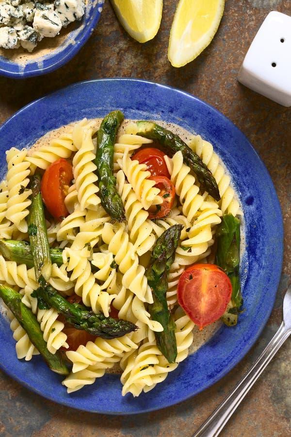 Grüner Spargel, Tomate und Nudelsalat lizenzfreie stockfotos