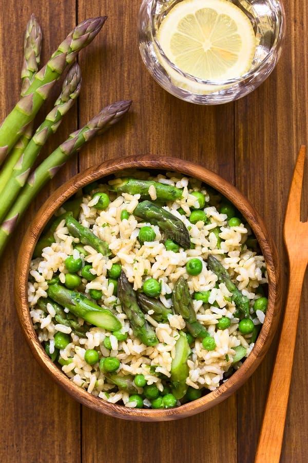 Grüner Spargel und Pea Brown Rice Risotto stockfotografie
