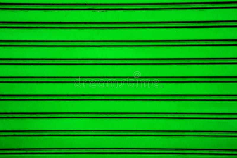 Grüner Stahlrollenfensterladen-Türhintergrund (Garagentor mit ho stockbild