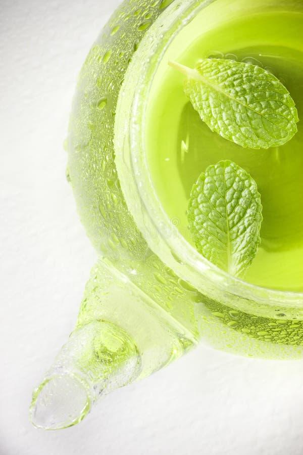 Grüner tadelloser Teekannen-Tee lizenzfreie stockbilder