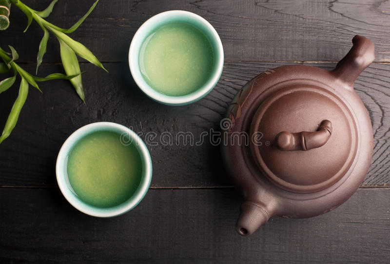 Grüner Tee in den Teeschalen stockbilder