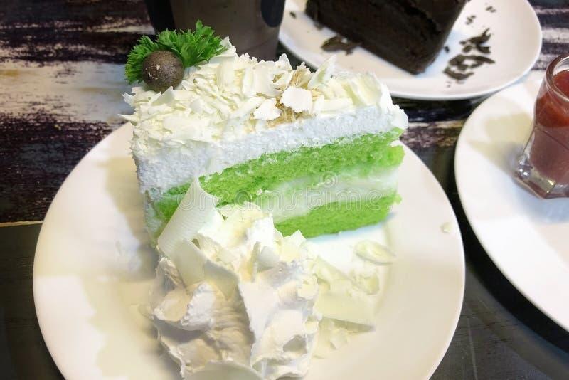 Grüner Tee Kokosnusskuchen weißen choc Käses lizenzfreies stockbild