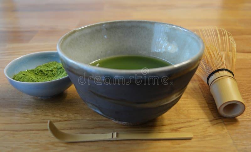 Grüner Tee Matcha, Japaner Matcha-Schüssel und Zubehör stockfotos