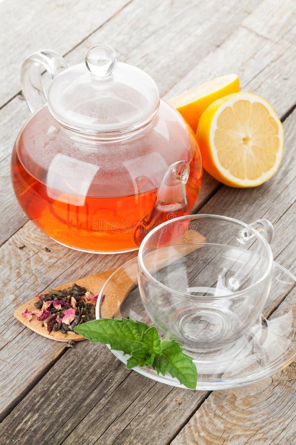 Grüner Tee mit Zitrone und Minze stockfotografie