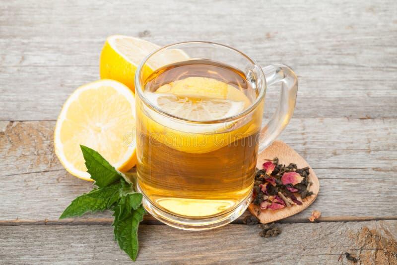 Grüner Tee mit Zitrone und Minze stockfoto