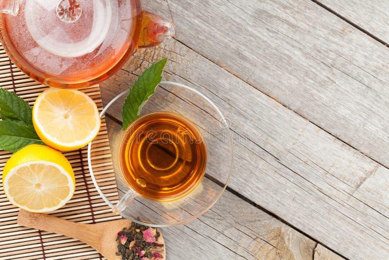 Grüner Tee mit Zitrone und Minze lizenzfreies stockfoto